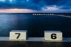 Blocos começar em banhos do oceano de Merewether - Newcastle Austrália fotos de stock royalty free