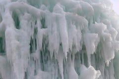Blocos congelados de estalactites dos sincelos do gelo Foto de Stock