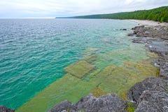 Blocos da dolomite na água do lago Imagem de Stock Royalty Free