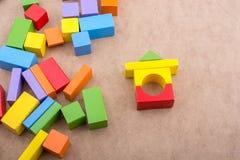 Blocos de apartamentos coloridos no fundo marrom foto de stock royalty free