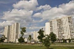 Blocos de apartamentos em um distrito novo Imagem de Stock