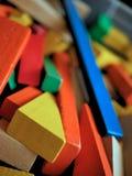 Blocos de apartamentos de madeira do ` s das crianças coloridos brilhantemente em Toy Box Foto de Stock