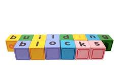 Blocos de apartamentos nas letras de bloco de madeira do jogo Fotografia de Stock