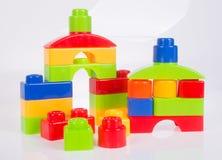 Blocos de apartamentos ou blocos plásticos da cor em um fundo Fotografia de Stock