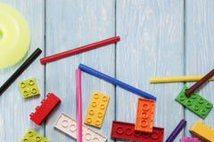 Blocos de apartamentos plásticos coloridos do desenhista Fundo de blocos de apartamentos plásticos brilhantes Fotos de Stock Royalty Free