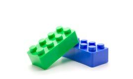Blocos de apartamentos plásticos de Lego no fundo branco Fotos de Stock
