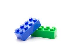 Blocos de apartamentos plásticos de Lego no fundo branco Imagens de Stock