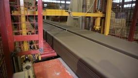 Blocos de apartamentos, produção dos tijolos Transporte com tijolos da construção em uma planta de produção dos tijolos filme