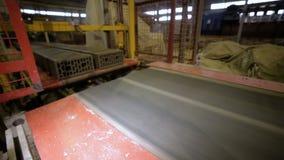 Blocos de apartamentos, produção dos tijolos Transporte com tijolos da construção em uma planta de produção dos tijolos video estoque