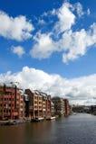 Blocos de apartamentos sobre um rio Imagens de Stock Royalty Free