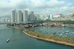 Blocos de apartamentos típicos na área residencial de Hong Kong e do porto com barcos Imagens de Stock