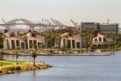 Blocos de apartamentos tropicais luxuosos da margem imagem de stock