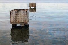 Blocos de cimento abandonados velhos na água Fotografia de Stock