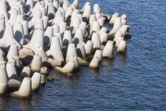 Blocos de cimento como uma parte do quebra-mar Imagens de Stock Royalty Free
