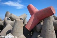 Blocos de cimento do quebra-mar do mar Fotografia de Stock