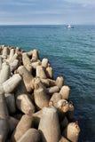 Blocos de cimento do quebra-mar no mar Fotografia de Stock