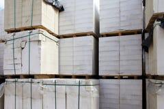 Blocos de cimento ventilados novos nas páletes armazenadas no armazém imagens de stock royalty free