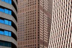 Blocos de escritório de contraste da cidade Imagem de Stock