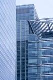 Blocos de escritório elevados da ascensão na cidade Fotografia de Stock