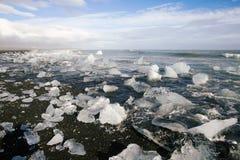 Blocos de gelo em uma praia preta da areia Fotografia de Stock Royalty Free