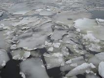 Blocos de gelo natural que quebram acima contra a costa e o gelo marinho durante o tempo de congelação da mola imagens de stock royalty free