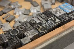 Blocos de impressão da tipografia da ligação do vintage contra um fundo de madeira resistido da gaveta com bokeh Fotos de Stock Royalty Free
