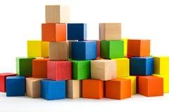 Blocos de madeira coloridos arranjados pela imaginação Fotos de Stock