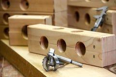 Blocos de madeira com furos Forsner mordidos e compassos de calibre 2 Foto de Stock Royalty Free