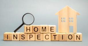 Blocos de madeira com a inspeção da casa da palavra e a casa Condição residencial da propriedade da revenda O estudo do estado de fotos de stock
