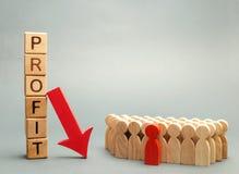 Blocos de madeira com o lucro da palavra, abaixo da seta e da equipe do negócio Negócio e falência mal sucedidos Diminuição do lu imagens de stock