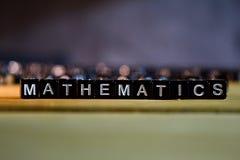 Blocos de madeira do conceito da MATEMÁTICA na tabela imagem de stock royalty free