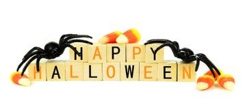 Blocos de madeira felizes de Dia das Bruxas com doces e decoração sobre o branco Foto de Stock Royalty Free