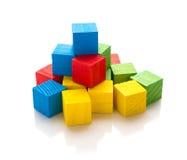 Blocos de madeira quadrados coloridos do brinquedo no branco Foto de Stock