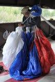 Blocos de paraquedas do instrutor em uma trouxa antes de saltar imagem de stock royalty free
