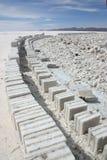 Blocos de sal e estrada do tijolo, Uyuni Fotos de Stock Royalty Free