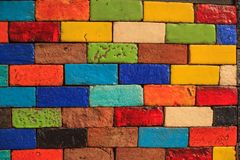 Blocos de terra cozidos pintados coloridos envelhecidos sumário do tijolo da argila, projeto arquitetónico colorido da estrutura, fotos de stock