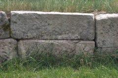 blocos drystone Áspero-desbastados usados em uma parede de retenção foto de stock