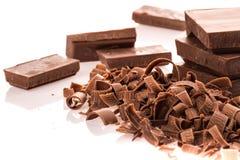 Blocos e partes do chocolate de leite imagens de stock