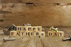 Blocos felizes do dia de pais na madeira rústica Fotografia de Stock Royalty Free
