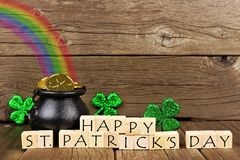 Blocos felizes do dia do St Patricks com a decoração contra a madeira foto de stock