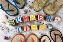 Blocos que soletram horas de verão fotografia de stock