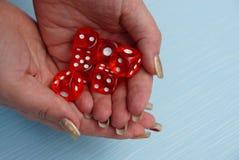 Blocos vermelhos do jogo em uma pilha nas palma da mão abertas Fotografia de Stock