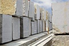 Blocs énormes de granit extraits à partir de la carrière photo stock