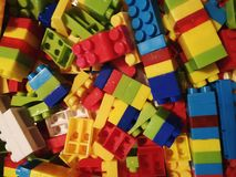 blocs colorés pour que les enfants jouent photo stock