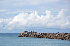 Blocs colorés sur un brise-lames de port Photo libre de droits