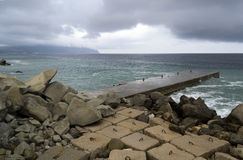 Blocs concrets sur la mer photo stock
