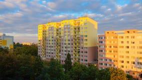 Blocs constitutifs à Prague au coucher du soleil images libres de droits