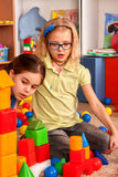Blocs constitutifs d'enfants dans le jardin d'enfants Enfants de groupe jouant le plancher de jouet Images libres de droits