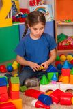 Blocs constitutifs d'enfants dans le jardin d'enfants Enfants de groupe jouant le plancher de jouet Photos libres de droits