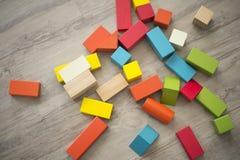 Blocs constitutifs de jouet sur le plancher image libre de droits
